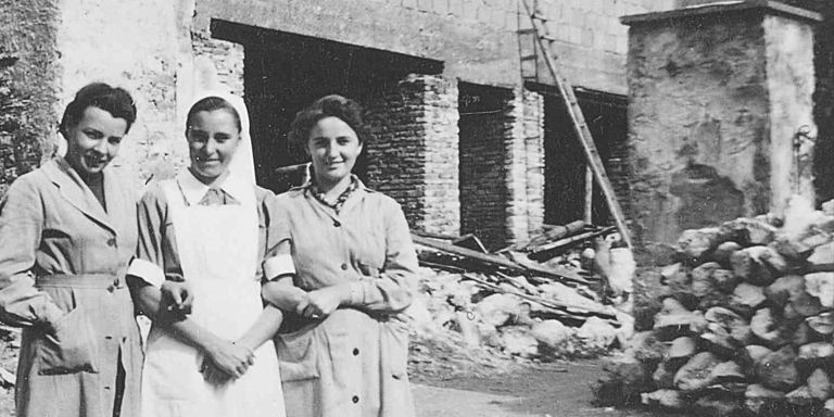 Drei Frauen vor dem Bachmannhaus