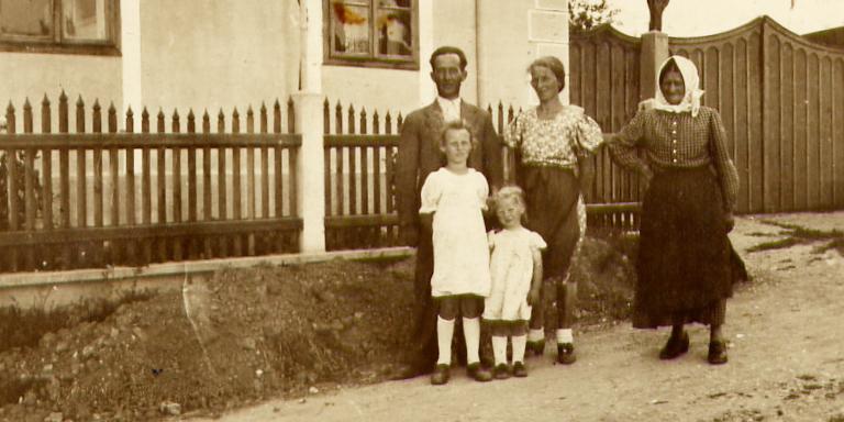 """Familie vor ihrem Wohnhaus """"Am Berg 28"""""""