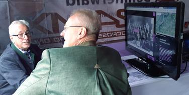 3. September 2018 OÖ Ortsbildmesse 2018 Topothek stark vertreten Die jährliche Ortsbildmesse in Oberösterreich, auf der zahlreiche Gemeinden des Bundeslandes ihre kulturellen Projekte vorstellen, war auch wieder eine ausgezeichnete Möglichkeit, die Topothek den Landes- und Gemeindeorganisationen zu präsentieren. Die 24 Topotheken der LEADER-Region Donau-Böhmerwald waren mit dem Topothek-Zelt vertreten, das wie gewohnt von den Topothekaren Ignaz Märzinger, Anton Brand und Wolfgang Sauber organisiert und betreut wurde. Auf der gegenüberliegenden Seite des Weges war der Stand der Gemeinde Hochburg-Ach, in der die Topothekare Jakob Mersch und Roland Bergmann zur Erklärung der Topothek zur Verfügung standen. Trockenes Wetter – im Vergleich zu so mancher früheren Ortsbildmesse, guter Besuch und die Bekanntheit der Topothek in der Region ließ viele intensive Gespräche entstehen. Von familienkundlich Interessierten bis hin zu den Planungen, wie eine Topothek in einer Gemeinde aufgebaut werden kann, wurde die Topothek sowohl von der Besucher als auch von Betreiberseite beleuchtet. Alexander Schatek freute sich über die Gelegenheit, persönlich mit den oberösterreichischen Topothekaren die Praxis der Topothekar-Arbeit zu diskutieren. Am Bild oben: Alexander Schatek (Topothek), Roland Bergmann (Topothek Hochburg-Ach), Wolfang Sauber (Topothek Rohrbach), Ignaz Märzinger (Topothek Kollerschlag), Anton Brand (Topothek Museumsinitiative Rohrbach) Die Topothekare aus Hochburg-Ach und Kollerschlag Alexander Schatek (Topothek), Roland Bergmann (Topothek Hochburg-Ach), Ignaz Märzinger (Topothek Kollerschlag), Wolfgang Sauber (Topothek Rohrbach), Anton Brand (Topothek Museumsinitiative Rohrbach) OÖ Ortsbildmesse 2018 in Mossbach Der Hauptplatz mit den Ständen © Alexander Schatek Zugang zum Topothek-Stand der Region Donau-Böhmerwald © Alexander Schatek Jakob Mersch, Topothekar in Hochburg-Ach (links) erklärt die Topothek