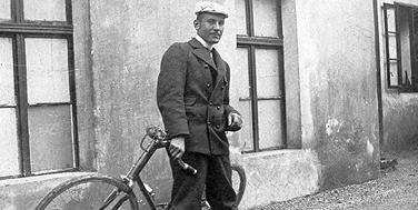Der Bicyclist aus dem Jahr 1899 war der Dorfschullehrer und Großvater von Alexander Schatek