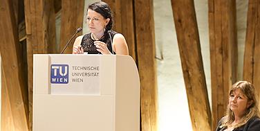 """Der Festvortrag """"Dem Plastik in der Umwelt auf der Spur"""": Dr. Saskia Ziemann und Dr. Katarina Knickmeier Foto: Martin Hörmandinger"""