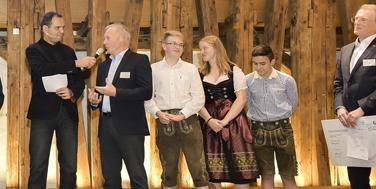 Drei Kinder aus der 3B NMS Litschau, stellvertretend für die ganze Klasse, die nach Wien angereist war, bei der Preisübergabe Foto: Martin Hörmandinger